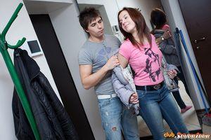 Пацан насаживает на член миниатюрную студентку и заставляет ее стонать 2 фото