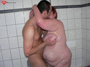 Мужик трахает толстую старушку 13 фото