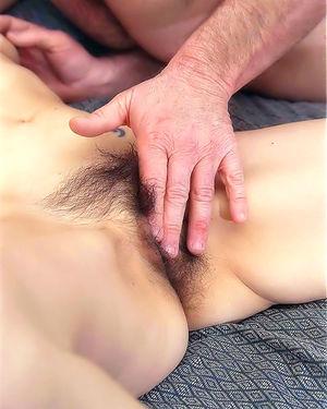 Пожилая волосатая женщина получает наслаждение с бородатым мужиком в постели 6 фото
