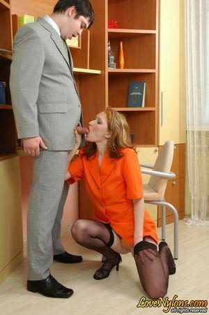 Русская секретарша в чулках занялась сексом со своим начальником 6 фото