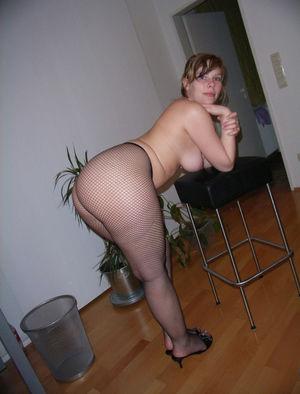Пышная девка с большими ляжками и жопой 2 фото