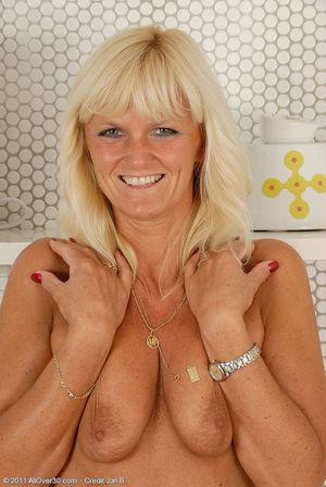 Пожилая блондинка раздвинула ноги на кухне 4 фото