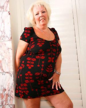 Пожилая развратная толстуха сильно увлечена мастурбацией на фото 1 фото