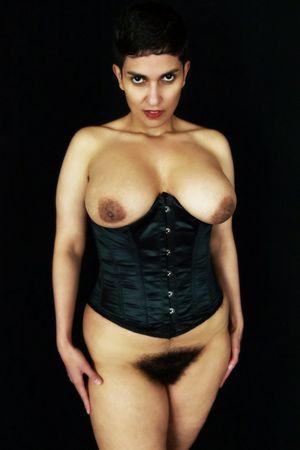 Коротко стриженная дама и ее волосатая киска 5 фото