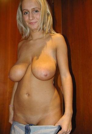 Блондинка с огромными натуральными титьками 2 фото