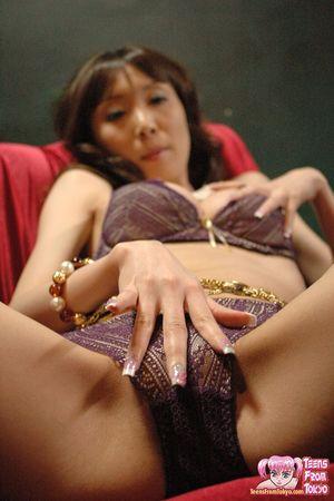 Худая азиатка в нижнем белье ласкает мохнатку 9 фото