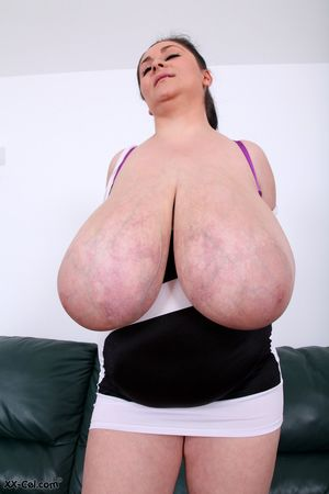 Пухлая женщина выставила сое вымя 10 фото