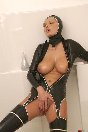 Блондинка в латексе заперлась в ванную 13 фото
