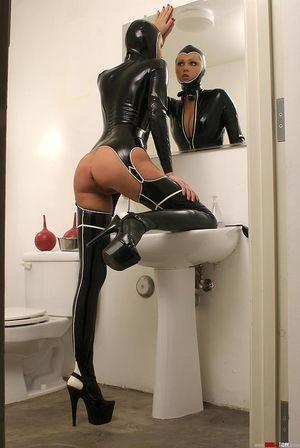 Блондинка в латексе заперлась в ванную 1 фото