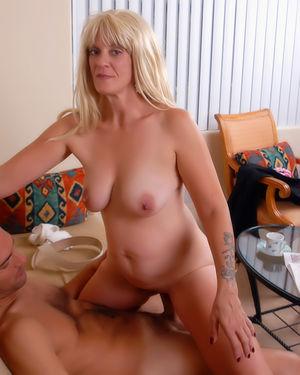 Зрелая блонда уселась верхом на молодой стояк 7 фото