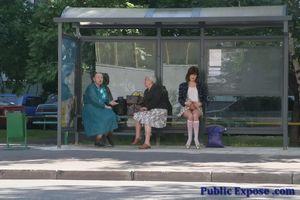 Девушка из России оголяет волосатую пизду в публичных местах 5 фото