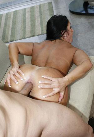 Моника Сантьяго дает себя трахать в задницу 10 фото