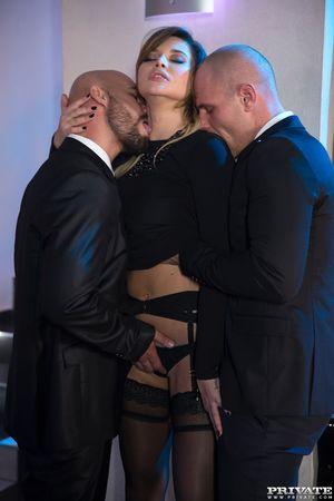 Русская порно звезда Anna Polina ублажила двоих охранников