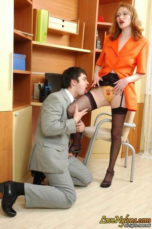 Русская секретарша в чулках занялась сексом со своим начальником 8 фото