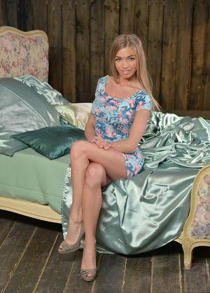 Худенькая русская девушка ласкает свою письку 6 фото