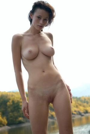 Конопатая девушка с натуральной грудью 8 фото