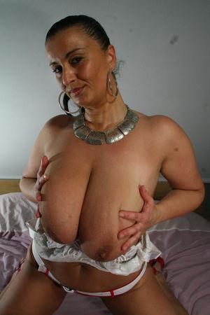 Дамочка с большой грудью ублажает себя фаллосом 3 фото