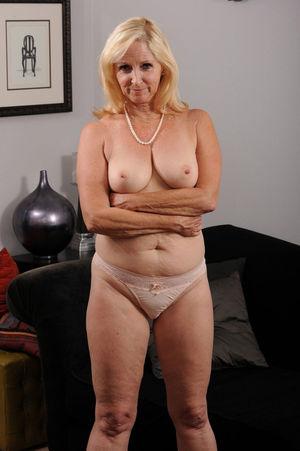 Голая бабушка без комплексов 14 фото