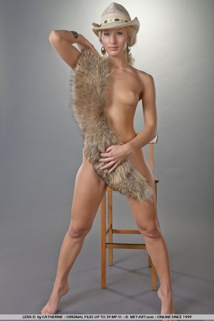Гибкая блондинка в ковбойской шляпе 11 фото