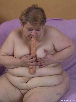 Пожилая толстушка играет с длинным дилдо