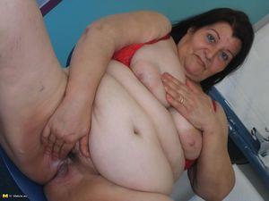 Жирная старая баба мастурбирует с помощью большого кабачка 15 фото