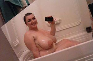 Толстушка принимает ванну и делает селфи 5 фото