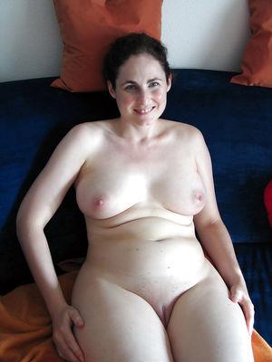 Жена затолкала себе в пизду большой огурец 4 фото