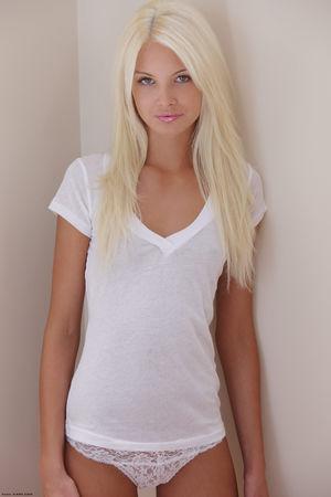 Эротические фото худенькой блондинки 3 фото