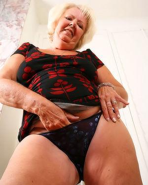 Пожилая развратная толстуха сильно увлечена мастурбацией на фото 4 фото