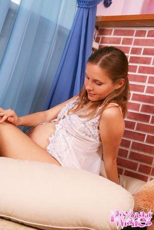 Беременная блондинка фотографируется на память 3 фото