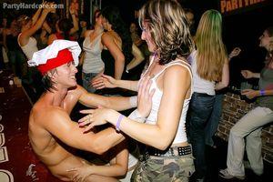 Пьяные девушки сосут мужикам в клубе 8 фото