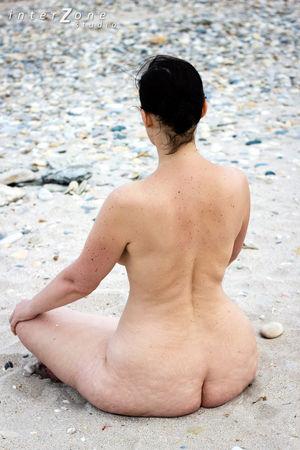 Голая женщина с широкими бедрами на пляже 19 фото