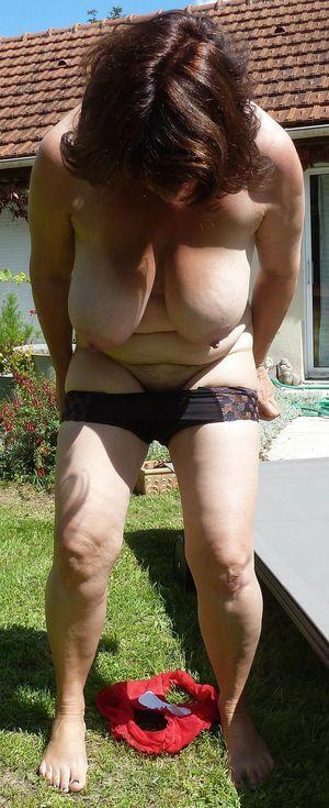 Бабуля с отвисшими сиськами загорает в саду 2 фото