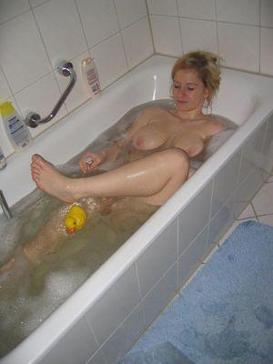 Сисястая блондиночка бреется в ванной 9 фото