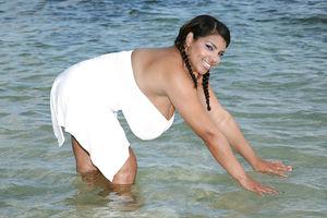 Пышногрудая толстушка на пляже 6 фото