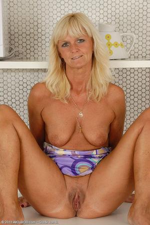 Пожилая блондинка раздвинула ноги на кухне 7 фото