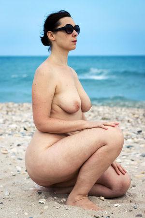 Голая женщина с широкими бедрами на пляже 3 фото