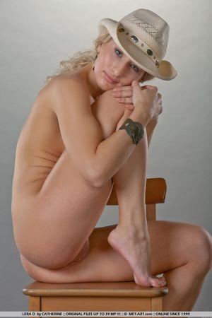 Гибкая блондинка в ковбойской шляпе 4 фото
