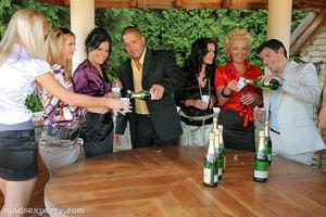 Пьяная вечеринка быстро превратилась в групповой секс 2 фото