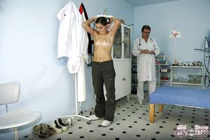 Гинеколог выебал тугую попку русской студентки 5 фото