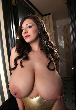 Брюнеточка с огромной грудью 2 фото