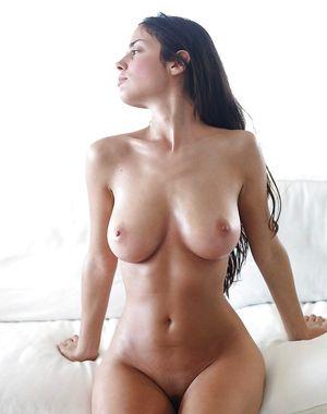Сексуальная брюнетка показывает свои прелести 1 фото