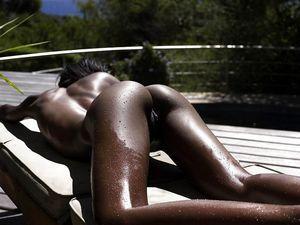 Тощая негритянка отдыхает на солнышке. 21 фото