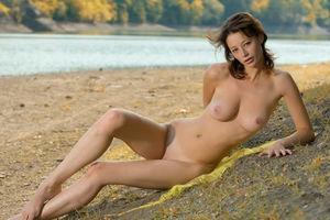 Конопатая девушка с натуральной грудью 3 фото