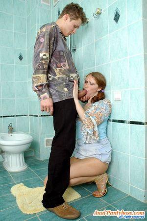 Выебал в туалете русскую молодуху в жопу 0 фото