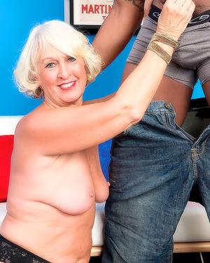 Молодой негр со старой женщиной 8 фото