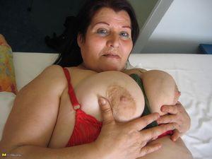 Жирная старая баба мастурбирует с помощью большого кабачка 11 фото