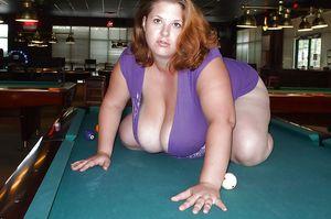 Жирная тетка с большими дойками играет в бильярд 1 фото