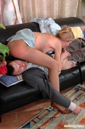 Блонда усыпила парня и получила от него анальный секс 19 фото