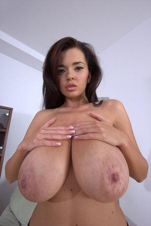 Симпатичная азиатка с большими сиськами 7 фото